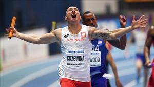 El polaco Jakub Krzewina es la viva imagen de la felicidad, oro y récord mundial de 4x400