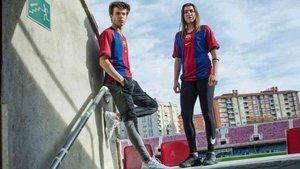 Riqui Puig y Patri Guijarro lucen la camiseta conmemorativa
