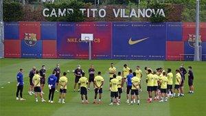 Setién dando órdenes a sus jugadores del FC Barcelona