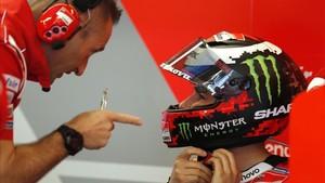 Lorenzo habla con su ingeniero en el box de Austin