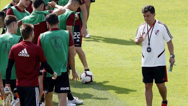 ¿Gallardo pondrá cinco defensas ante Flamengo?