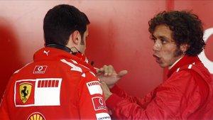 Valentino intercambiando información con los ingenieros de Ferrari