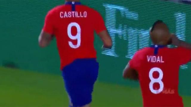 Arturo Vidal manda callar a los aficionados de México en la celebración del gol de Castillo