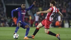 Carles Planas intenta frenar a Semedo en el último FC Barcelona - Girona