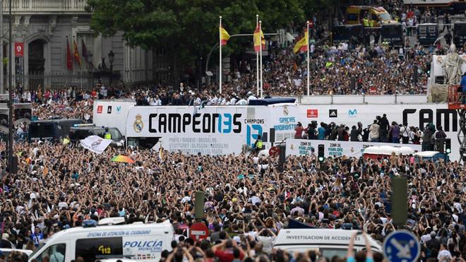 La afición del Real Madrid se acuerda de Piqué en Cibeles