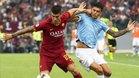 Correa lucha un balón con Mancini en la Lazio - Roma