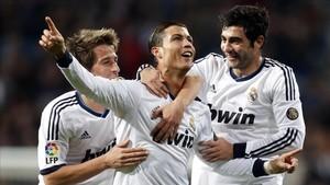 Cristiano Ronaldo celebrando un gol junto a Raúl Albiol en el Real Madrid