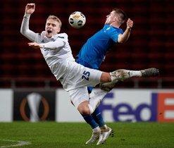 El defensor danés del FC Copenhague, Victor Nelsson (L) y el delantero ucraniano de Dynamo Kiev, Artem Besyedin, compiten por el balón durante el partido de fútbol del Grupo B de la UEFA Europa League FC Copenhague v Dynamo Kiev.