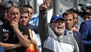 Diego Maradona cayo en su debut como DT de Gimnasia