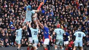 Escocia y Francia durante una jugada en en Murrayfield