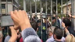 Un grupo de ciudadanos reclaman ir a misa delante del Valle de los Caídos | El Huffington Post