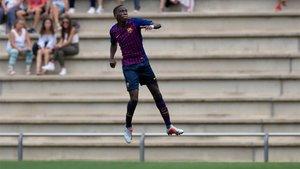 Ilaix, celebra uno de sus goles en la Ciudad Deportiva Joan Gamper