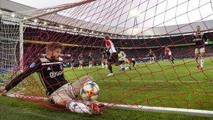 El jugador del Ajax, Schone, al intentar salvar un gol