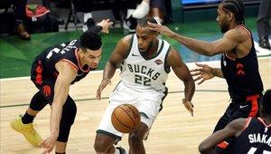 Los Bucks de Milwaukee dan la primera estocada