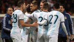 Los jugadores de la albiceleste celebrando el gol