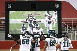 Los Philadelphia Eagles celebran en la zona de anotación, en el último cuarto contra los San Francisco 49ers en el jLevis Stadium.