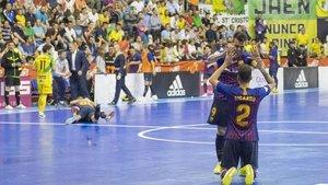 En primer plano, Aicardo y Sergio Lozano se abrazan tras escuchar la sirena