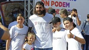 Ricky posa con algunos de los niños asistentes al acto en la Plaça Terenci Moix