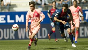 Riqui Puig en acción durante el Huesca-Barça de la Liga 2018/19