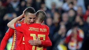 Rodrigo agradece a Jordi Alba la asistencia del 1-0