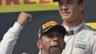Rosberg no ocultaba su disgusto en el podio, ante la euforia de Hamilton