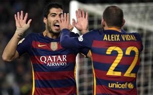 Suárez y Aleix Vidal celebran uno delos goles del Barça contra el Valencia