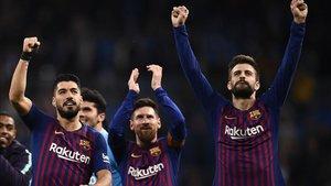 Suárez, Messi y Piqué celebran el triunfo en el Bernabéu