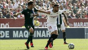 Víctor Sánchez, sancionado por doble amarilla durante el encuentro en Sevilla