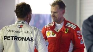 Vettel saluda a Hamilton tras la carrera de Singapur