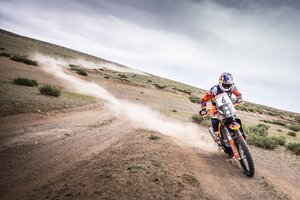Sam Sunderland manda en motos en el Rally de la Seda