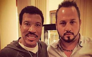 Baiata con el cantante Lionel Richie