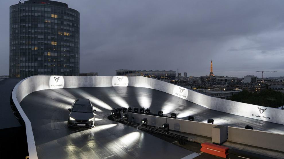 Cupra monta un circuito en una azotea de París.