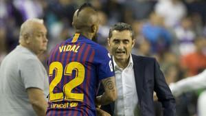Ernesto Valverde da las últimas instrucciones a Arturo Vidal
