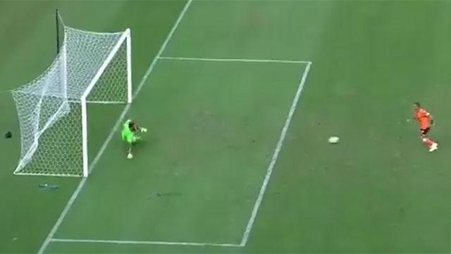 Esto no lo habíamos visto aún: La panenka-rasa que dio un gol y enloqueció a todo el estadio en Australia