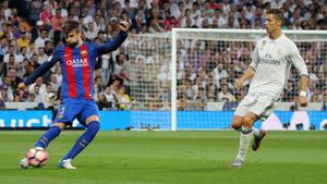 Gerard Piqué y Cristiano Ronaldo en el Real Madrid - FC Barcelona de La Liga 2016/17