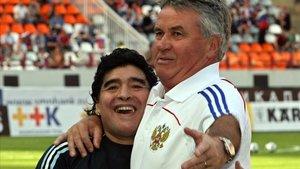El holandés Guus Hiddink, seleccionador ruso, da un abrazo al seleccionador argentino Diego Maradona, antes de celebrarse el partido amistoso entre Rusia y Argentina, 12 de agosto de 2009