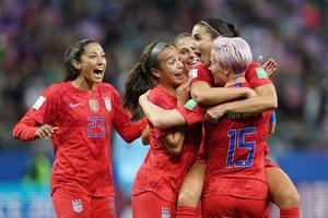 Las jugadoras de Estados Unidos celebran un gol durante el partido del Mundial de Fútbol Femenino que enfrentó a Estados Unidos contra Tailandia en el Auguste-Delaune Stadium en Reims.