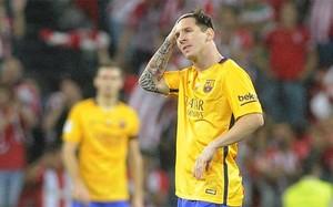 Leo Messi se lamenta de uno de los goles del Athletic Club en la ida de la Supercopa de España