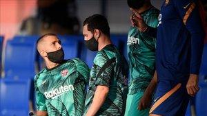 Los jugadores del Barça, camino al terreno de juego