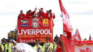 Los jugadores del Liverpool celebran la conquista de la Champions 2004/05