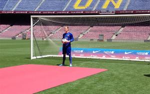 Marc André Ter Stegen posa en el Camp Nou con el uniforme del Barça