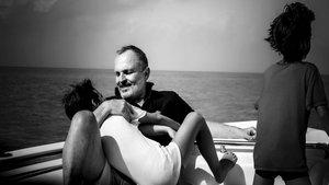 Miguel Bosé disfruta de una jornada en barco junto a dos de sus hijos | Bekia
