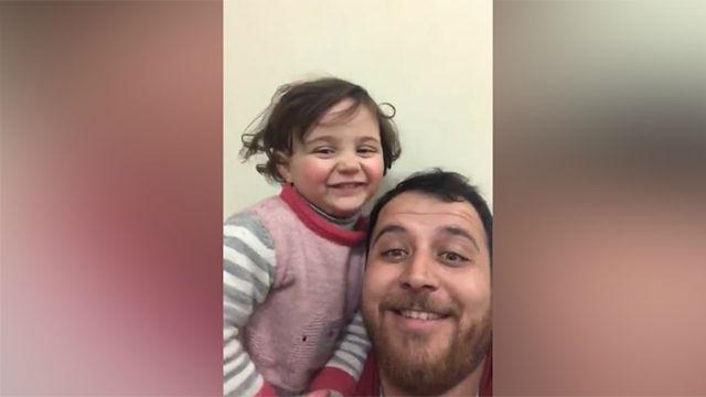 Un padre sirio hace reír a carcajadas a su hija cuando escucha una bomba