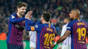 Piqué y Messi celebran el gol anotado en el primer tiempo