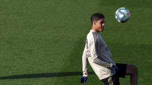 Raphaël Varane, defensa central del Real Madrid, durante un entrenamiento
