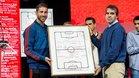 Sergio Ramos y el hijo de Luis Aragonés, con la pizarra de la final de Viena