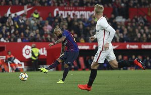 Sevilla FC, 2 - FC Barcelona, 0 Arturo Vidal disputando el balón.