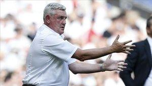 Steve Bruce dirigiendo al Aston Villa hace dos temporadas