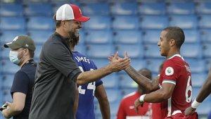 Thiago Alcántara, que superó el coronavirus, saludando a su entrenador Jürgen Klopp