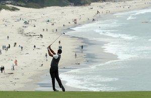 Tiger Woods, de los Estados Unidos, juega un segundo tiro en el noveno hoyo durante la primera ronda del Abierto de Estados Unidos 2019 en Pebble Beach Golf Links en Pebble Beach, California.